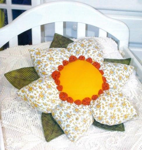 Декоративная подушка «Цветок» из остатков ткани