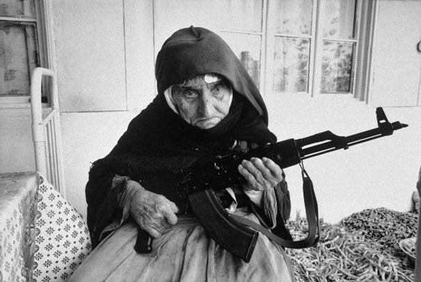 106- летняя Армянская женщина на защите своего дома. 1990 год.
