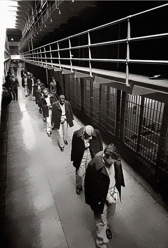Последние заключенные покидают Алькатрац. 1963 год.