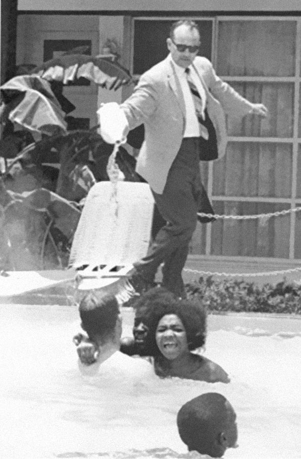Владелец отеля выливает кислоту в бассейн с темнокожими. 1964 год