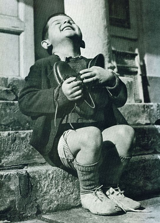 Австрийский мальчик и новые ботинки. Фото времен II Мировой Войны
