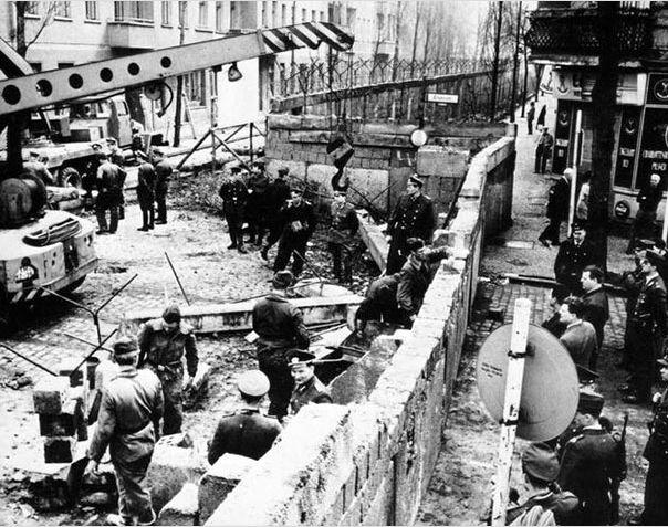 Возведение Берлинской стены . 1961 год