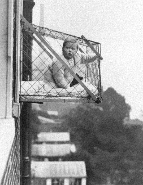 Детская клетка, используемая для того, чтобы дети получали больше солнечного света и свежего воздуха в городе.  1937 год
