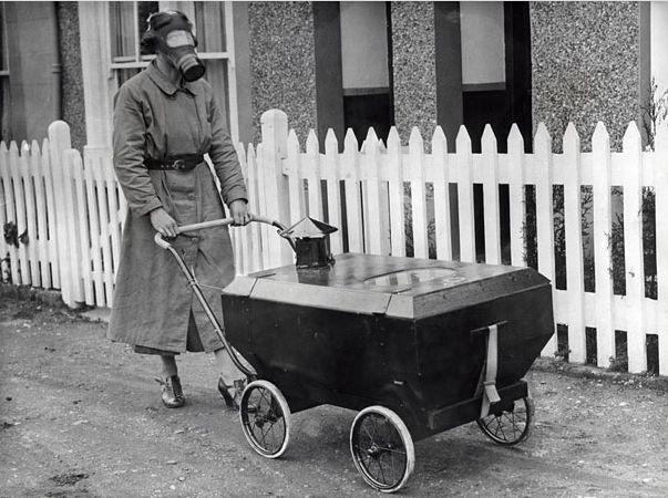 Женщина с газоупорной детской каляской. Англия. 1938 год