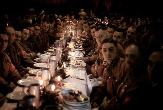 Курсанты и офицеры Гитлеровской армии  празднуют рождество. 1941 год