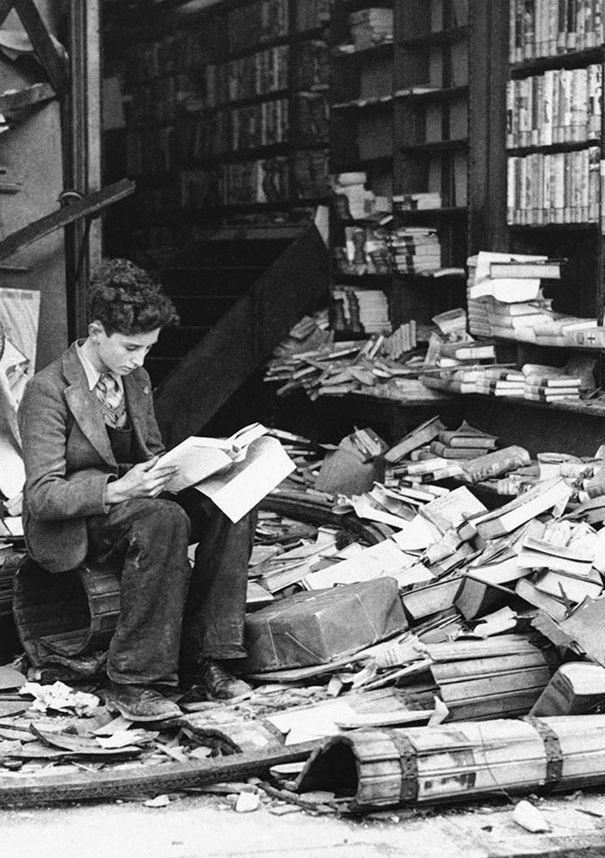 Развалины книжного магазина в Лондоне после бомбардировки. 1940 год