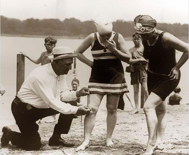 Измерение длинны женского купальника. Если он  окажется короче, женщина покинет пляж и будет оштрафована. 1920-ые