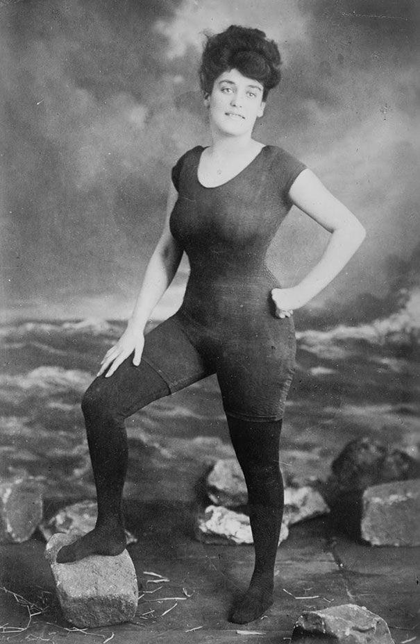 Аннет Келлерман продвигает право женщин носить обтягивающие комбинированные купальники. 1907 год. Позже была арестована за непристойность