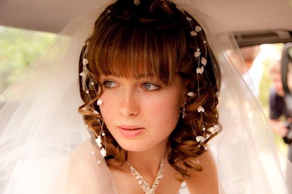 Красивые свадебные прически с челкой на средние волосы