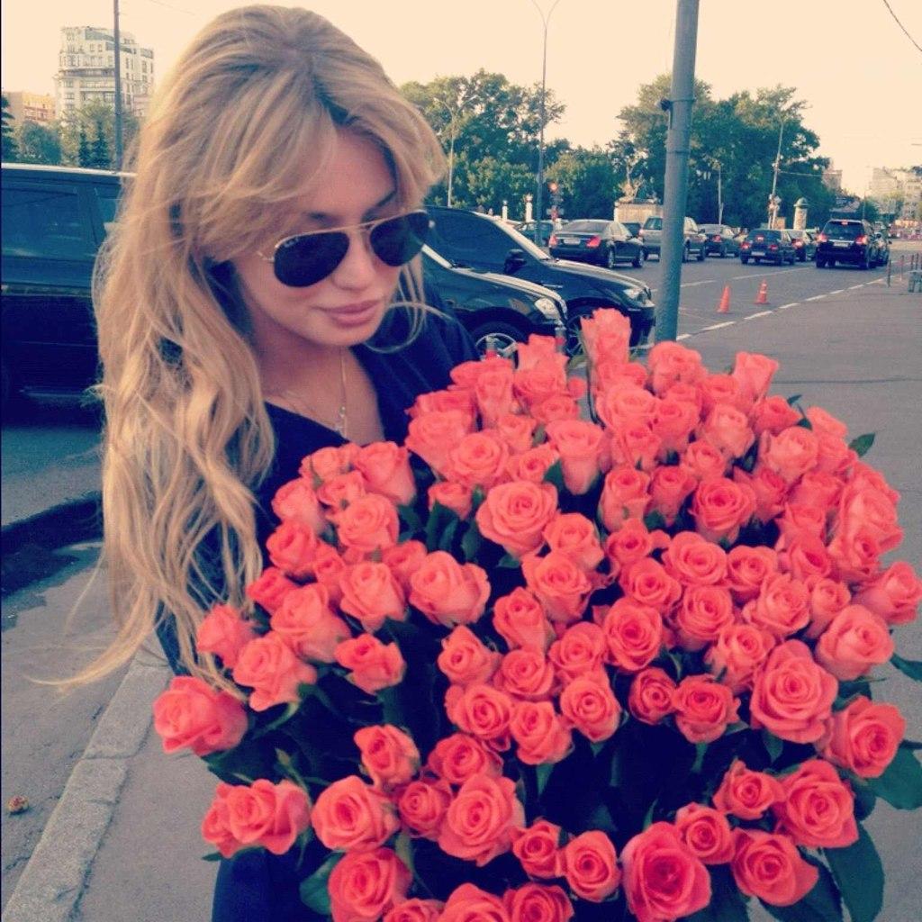 Фото девушек с цветами в руках блондинки