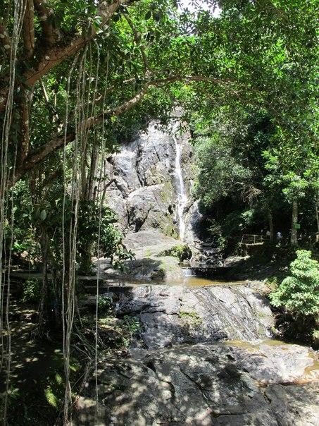 Ранонг, водопад у дороги