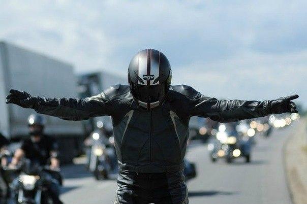 238Фото байкера в шлеме на аву