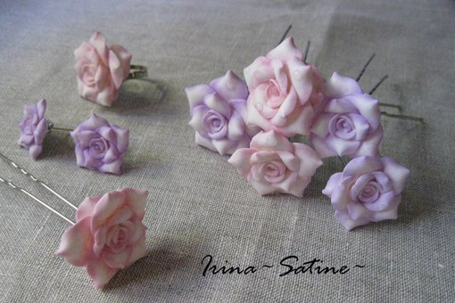 Нежные комплект чайных розочек, состоящий из колечка, пары сережек и 6 шпилек для волос.  Розы в компекте двух...