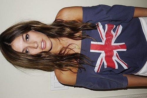 Девушки Girls.  Девушка в майке с британским флагом.