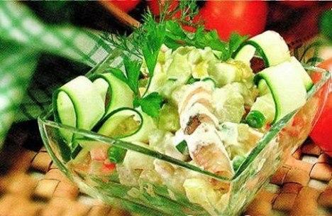 А у меня сегодня рыбный салат.  Угощайтесь.  Не тяжёлый и полезный.