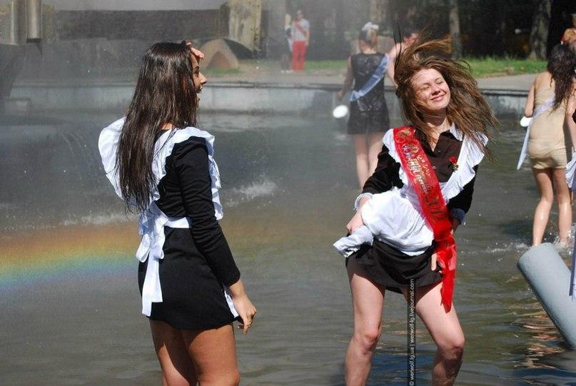 Мокрі випускниці танцюють в фонтані