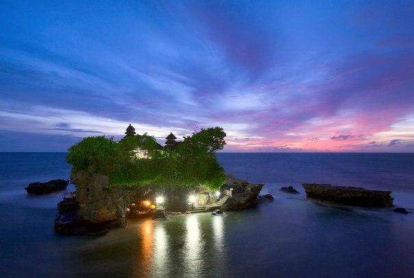 Храм Танах-Лот на Бали, Индонезия. Автор фото: Alex R. Доброй ночи!