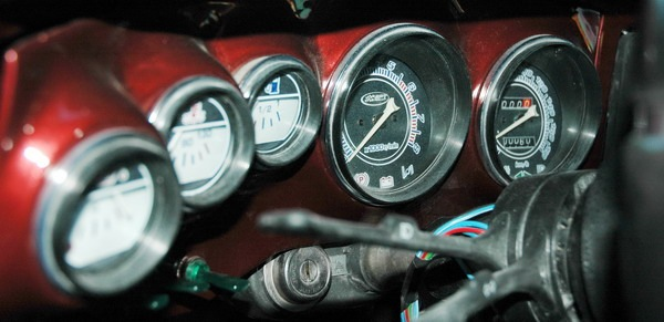 """Обычные приборы ВАЗ-2106, но как удачно  """"инкрустированы """" в элегантную переднюю панель."""