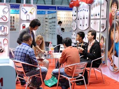 Переговоры на стенде китайской компании с заказчиком из России | Ассоциация предпринимателей Китая