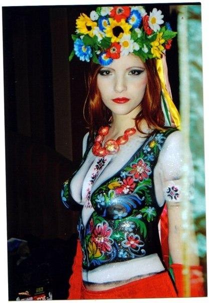 Українка з розмальованими грудьми голими. Бодіарт