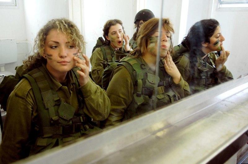Женщина в армии переодевается фото, видео про секс и картинки