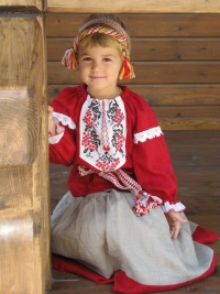 Одежда для детей в русском народном стиле, это нечто.  Представляю, что будет, когда мы выйдем во двор погулять.