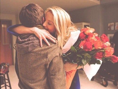 картинки мужчина дарит цветы: