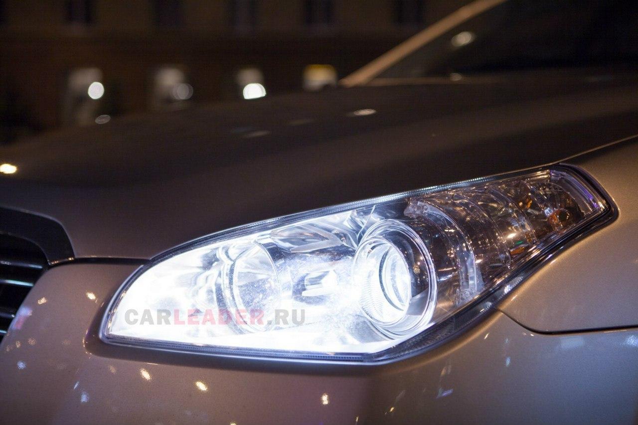 Многие китайские седаны нравятся покупателям своей линзовой оптикой. FAW B50 не исключение.