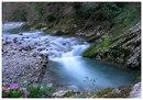 Дорога на озеро Рица поднимается по ущелью реки Бзыбь, стиснутой высокими скалами.  У начала ущелья - старинное...