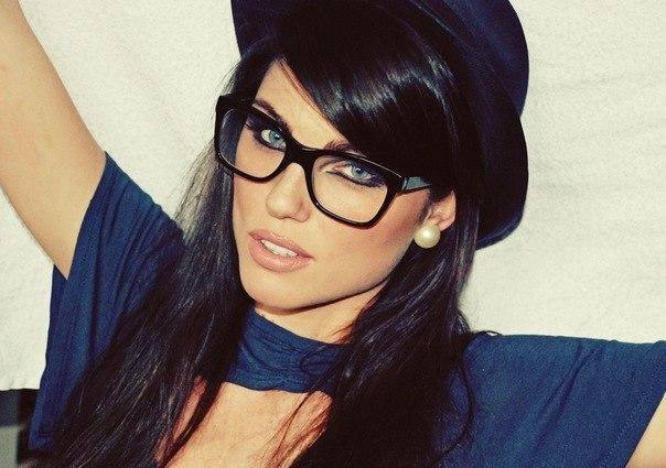 Самая красивая девушка в очках