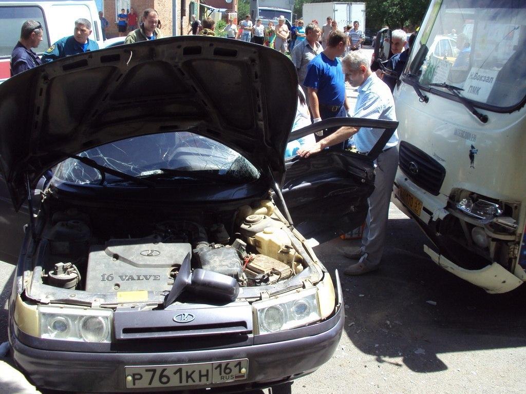 В городе Таганроге 73 маршрутка с 20 пассажирами столкнулась с «ВАЗ-2112», пострадали 5 человек