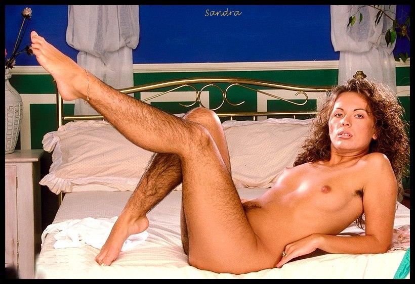 оголила волосатые ноги