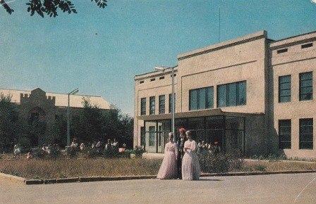 Калмыцкий государственный драматический театр им. Б.Басангова. Фото В.Панова 1969 год. Тираж 30000
