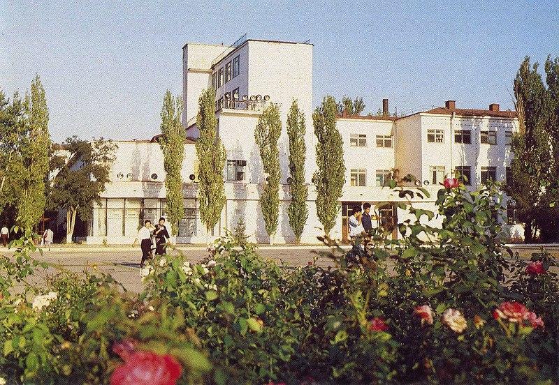 Первый корпус Калмыцкого государственного университета. Фото Н.Бошева  Издательство «Советская Россия». 1990 год