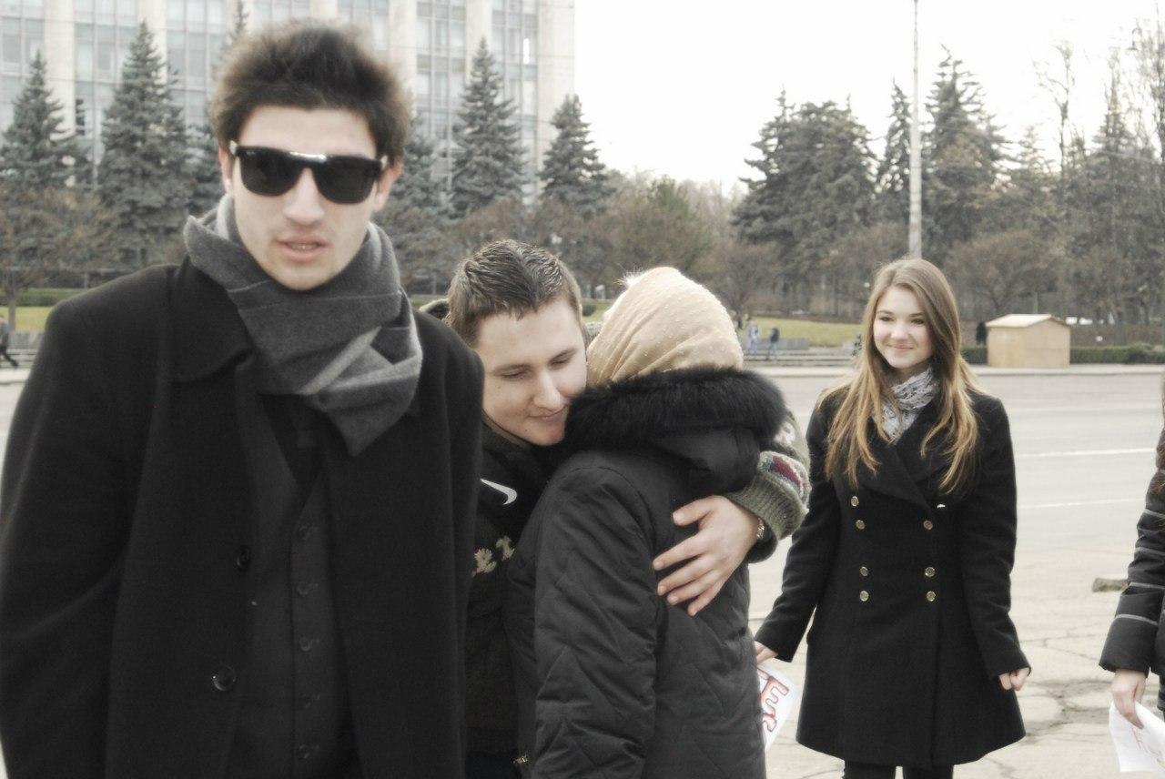 С тремя красивыми блондинками и парнем 9 фотография