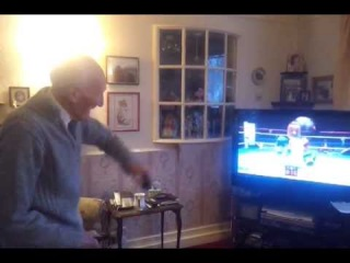 95-летний дедушка играет на приставке