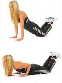 Из такого положения начинайте делать приседания.  Ноги поставьте на ширине и слегка согните в коленях.
