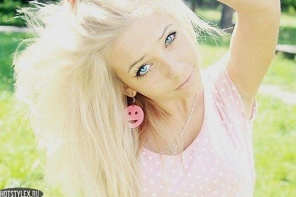 фото девушек блондинок с завязанными глазами