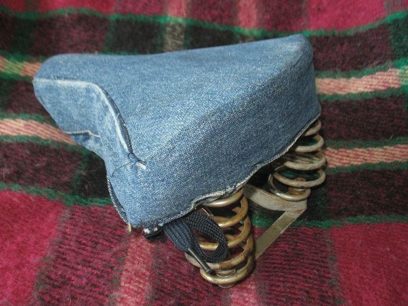 джинсовая обивка седла велосипеда