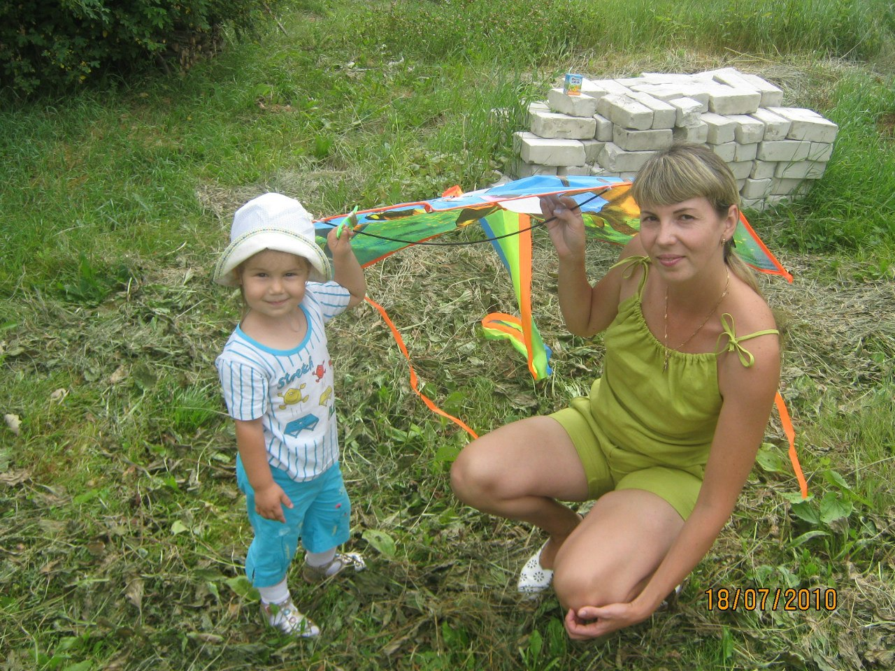 Сынок ласково будит свою маму 3 фотография