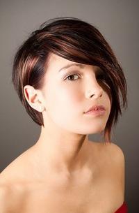 Фото девушки с короткими волосами с челкой на аву