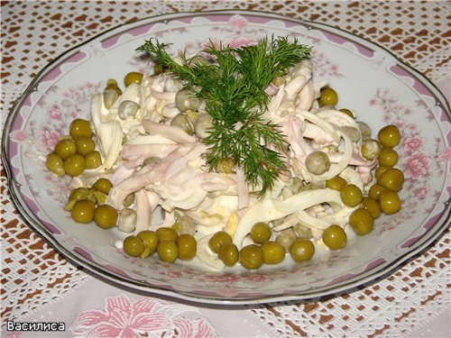 Салат вкусный с кальмарами и горошком