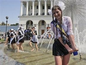 випускниця у фонтані
