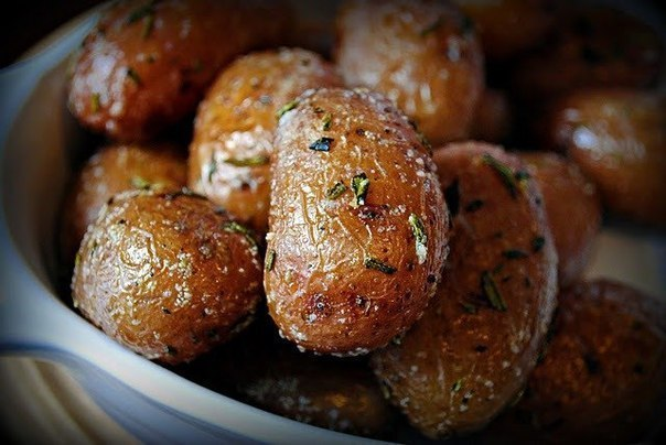 Запеченный картофель с розмарином и чесноком   FSespxPTQDA