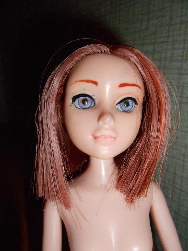 Крашеная кукла сделала нежный минет фото