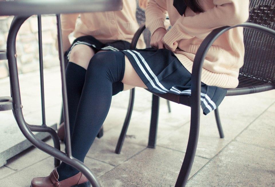 Под юбкой ножки фото