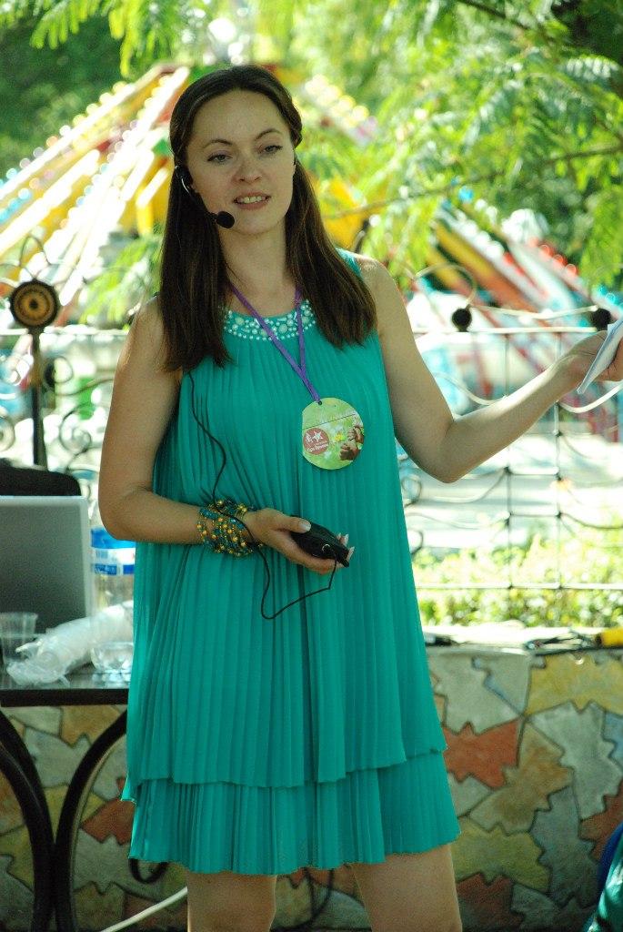 Практический психолог Екатерина Сизикова проводит арт-терапевтическое занятие.