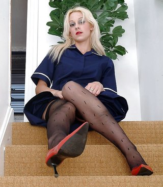 женщина за 40 в черном белье на диване порно фото