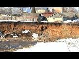 На месте провала грунта в посёлке Бутурлино в Нижегородской области выставлено оцепление - Первый канал