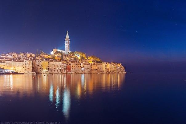 Ночь в Ровине, Хорватия. Автор фото – Даниил Коржонов. Добрых вам снов и хороших выходных!